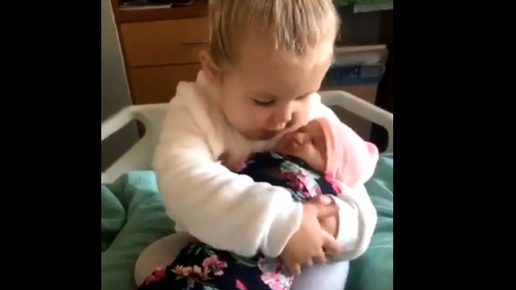 Una niña de 3 años conoce a su hermana recién nacida y le dedica unas tiernas palabras: 'No te dejaré ir nunca más'