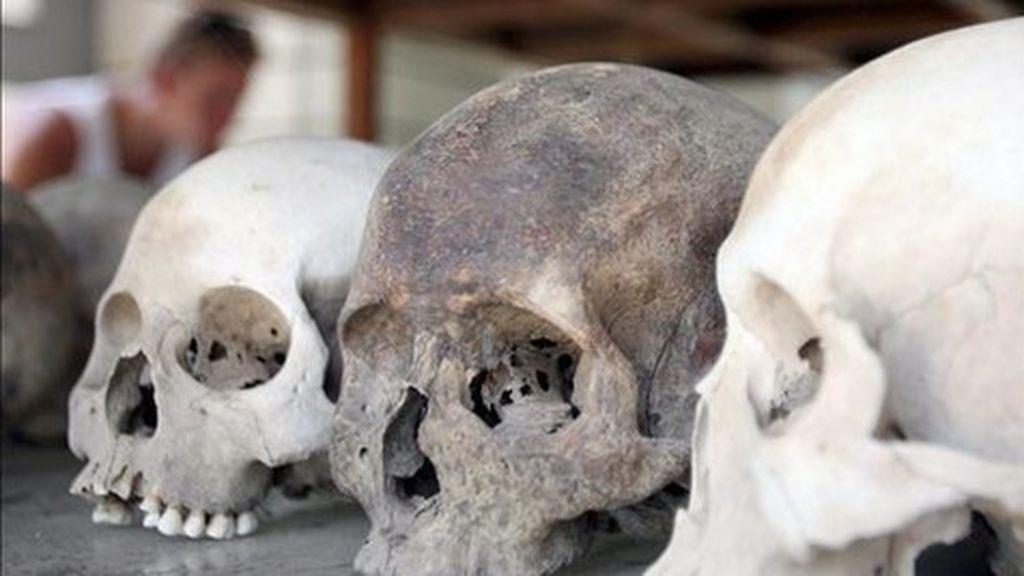 Encuentran los cráneos de dos bebés dentro de otros cráneos de niños mayores a modo de casco