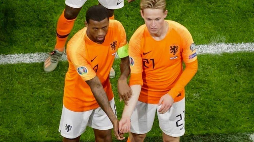 La celebración contra el racismo de De Jong y Wijnaldum tras marcar un gol con Holanda