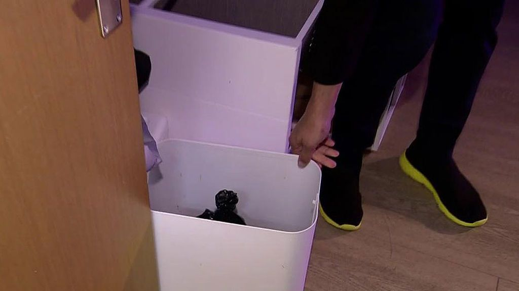 El aprieto de Carlota Corredera aislada en la sala VIP: hace pis en una papelera