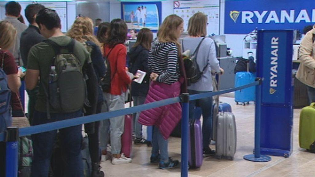 Facua quiere que las CCAA impongan multas millonarias a Ryanair por cobrar el equipaje de mano