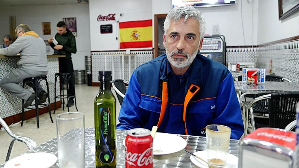 Carlos con la bandera de España al fondo