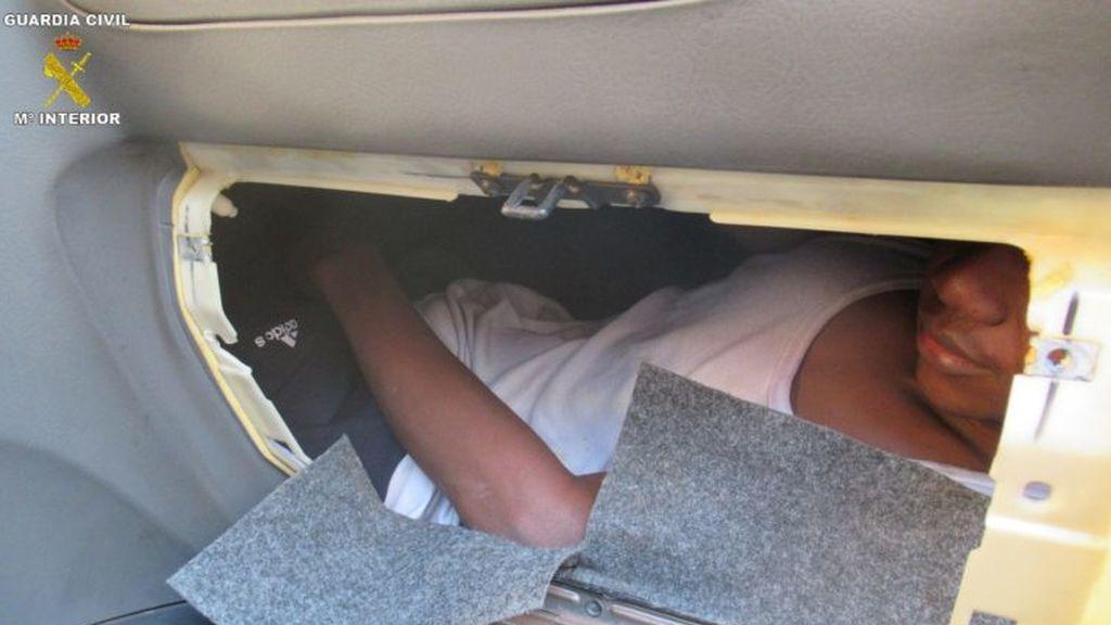 Melilla chico oculto en un salpicadero - copia