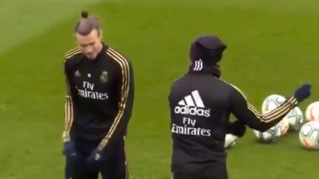 Mariano recomienda a Gareth Bale a dar los pases como si fuera golf durante el entrenamiento del Real Madrid