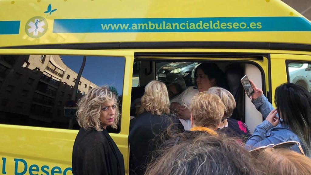 Los novios dentro de la ambulancia