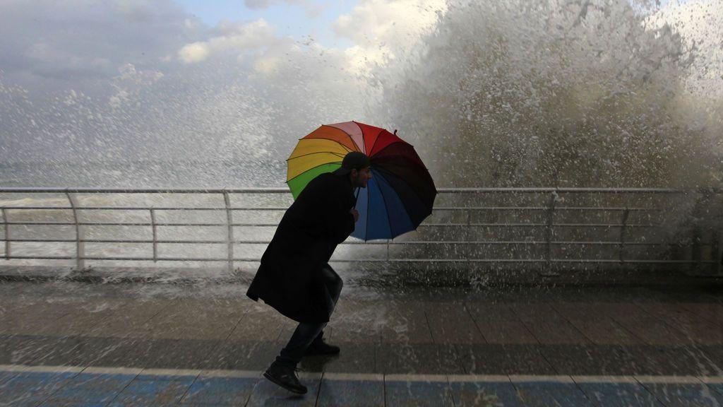 Días complicados por el viento: consejos para que las rachas de 100 km/h no te jueguen una mala pasada