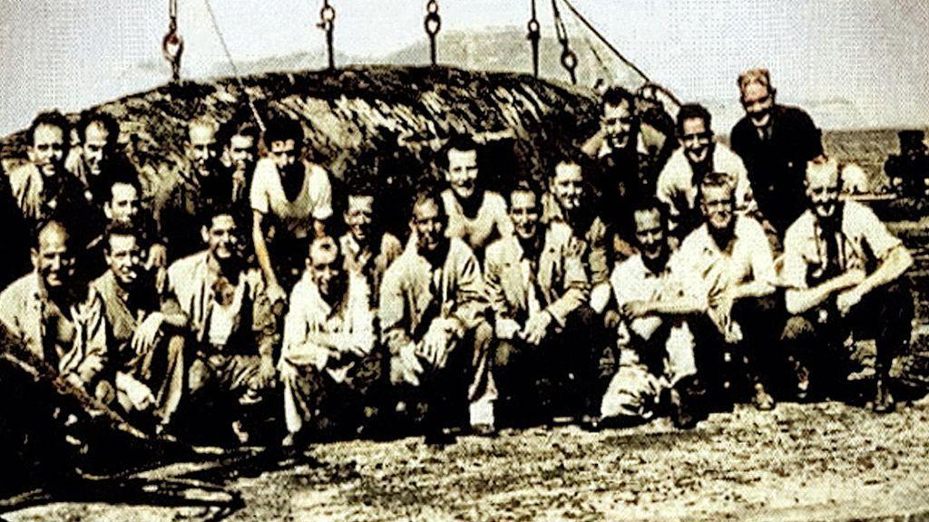 Los trabajadores de la factoría junto a uno de los cetáceos esperando ser procesado. Hacia 1950