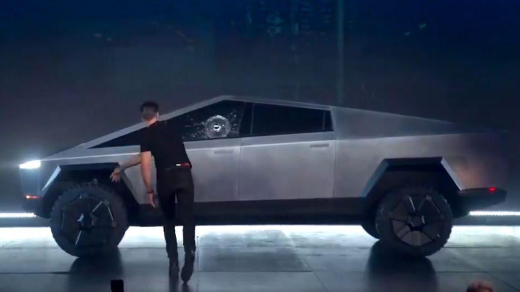 Tierrra trágame: El cristal 'irrompible' del nuevo Tesla se hace añicos en plena presentación mundial