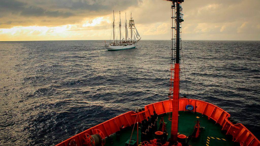 Las fotos del encuentro del buque de investigación Hespérides y el Juan Sebastián Elcano en aguas del Ecuador