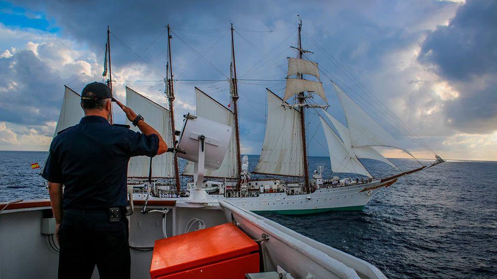 Saludo al Juan Sebastián Elcano desde la cubierta del Hespérides