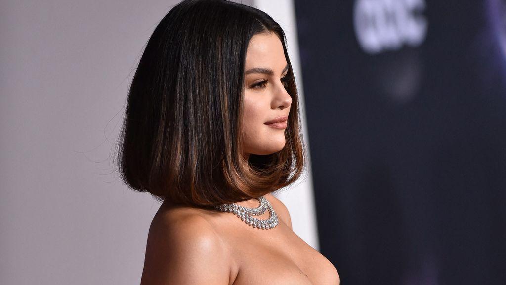 Selena Gomez reaparece: minivestido de Versace, mensaje de superación y guiño a Justin Bieber