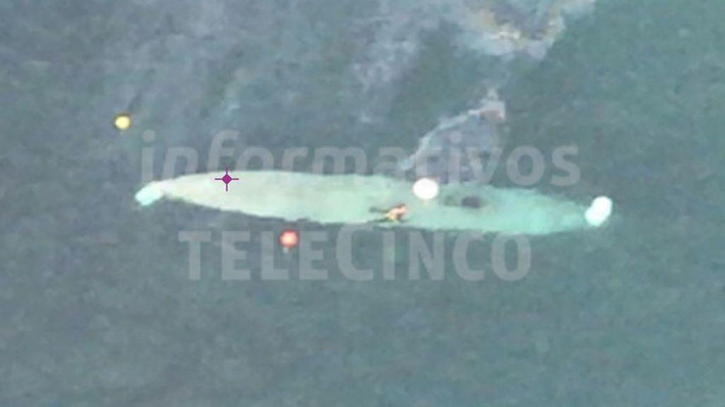 Trasladan al primer narcosubmarino de Europa hacia el puerto de Aldán, Pontevedra
