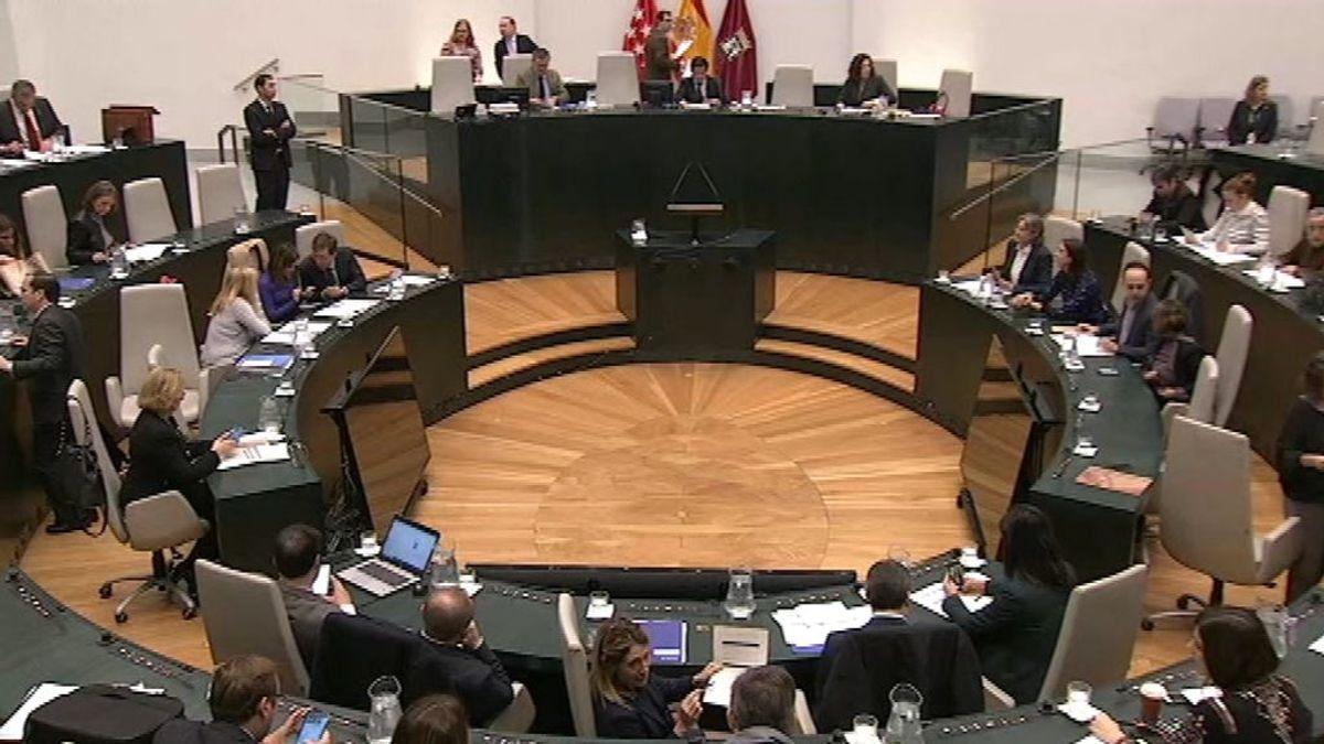 En directo: las placas por las víctimas del franquismo y la violencia machista en el Ayuntamiento de Madrid