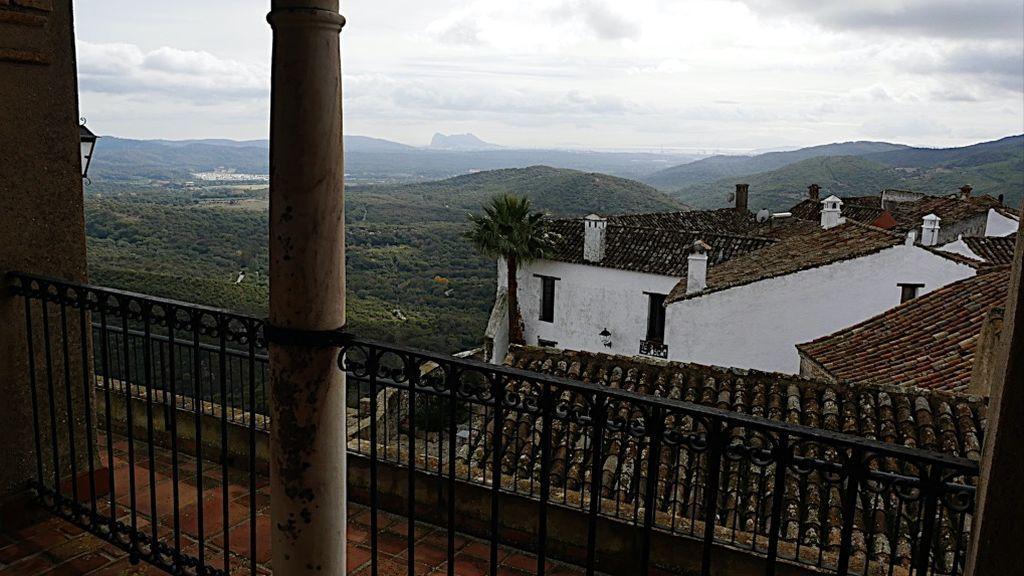 Vista desde el alcázar con Gibraltar al fondo