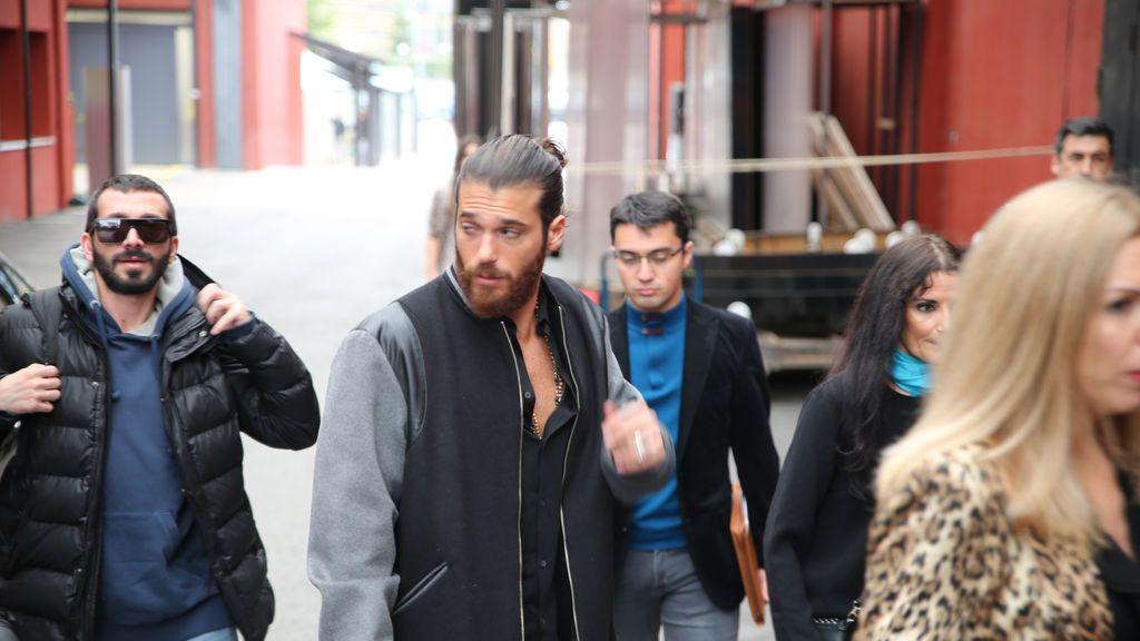 Camisa abierta, vaqueros rotos y el pelo recogido: el 'casual look' de Can Yaman en su visita a Divinity