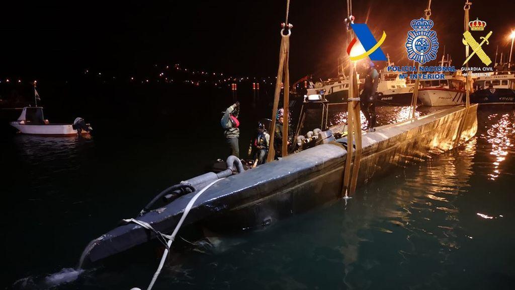Momento en el que el 'narcosubmarino' era retirado del agua