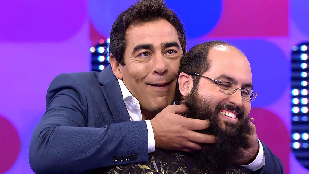 Pablo Chiapella toca la barba de Lois para darles suerte
