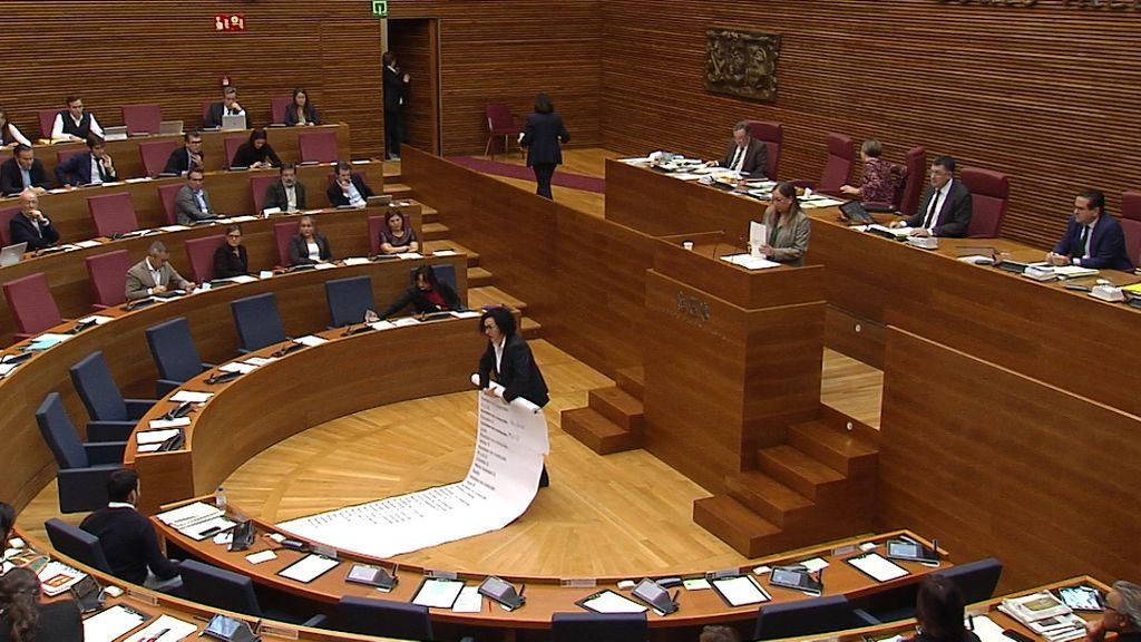 La diputada pide a la ujier que retire el cartel con los nombres de las 52 mujeres asesinadas
