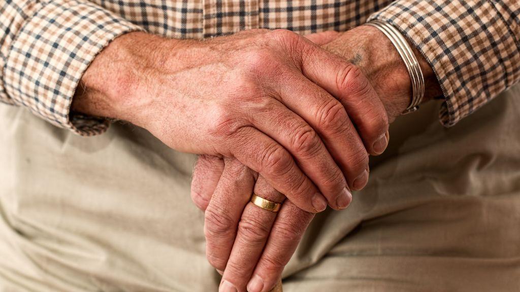 Un anciano de 86 años almuerza diariamente en un instituto para luchar contra la soledad