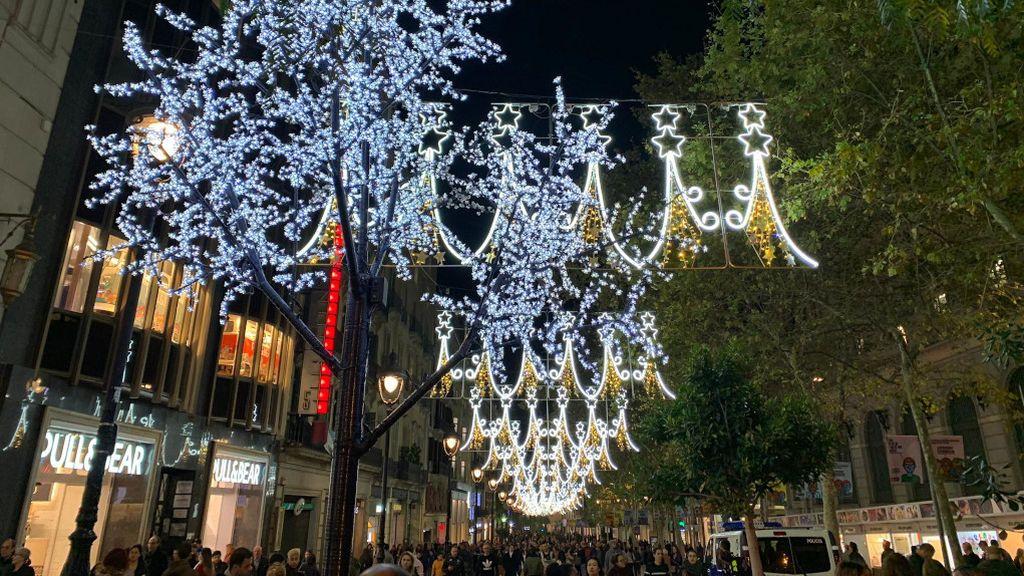 Barcelona enciende sus luces de Navidad en un intento por compensar el impacto de los altercados