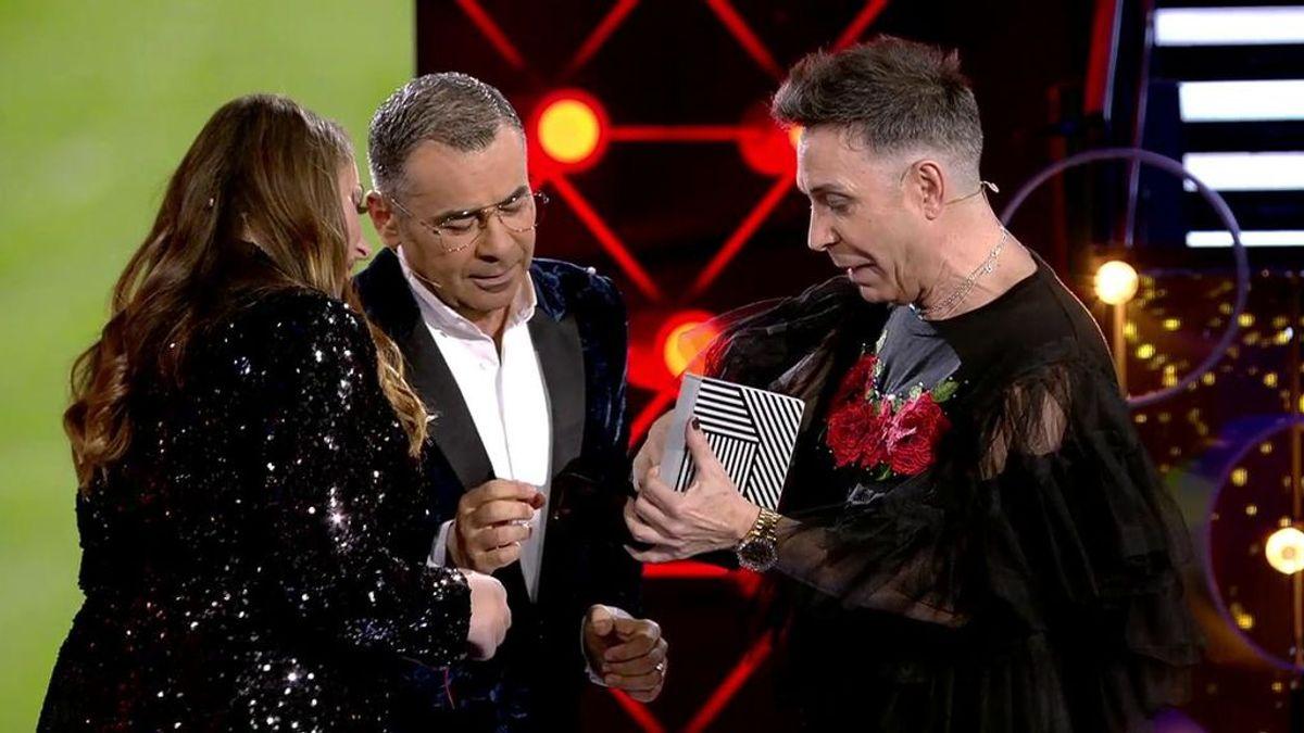 Maestro Joao le hace entrega a Rocío Flores de un pañuelo y un autógrafo de su abuela, Rocío Jurado