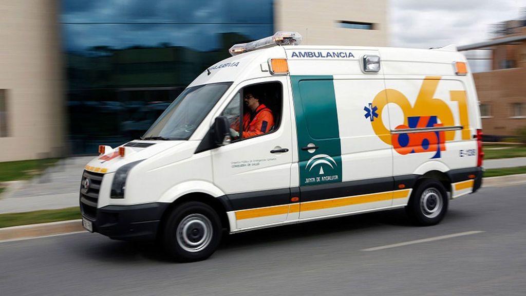 Una fallecida y 15 intoxicados al incendiarse una vivienda en Puerto Real (Cádiz)