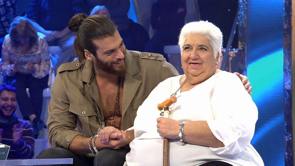 """Can Yaman sorprende y aconseja a una fan de 75 años que no duerme por ver sus series: """"Tienes que hacer caso a tu familia"""""""