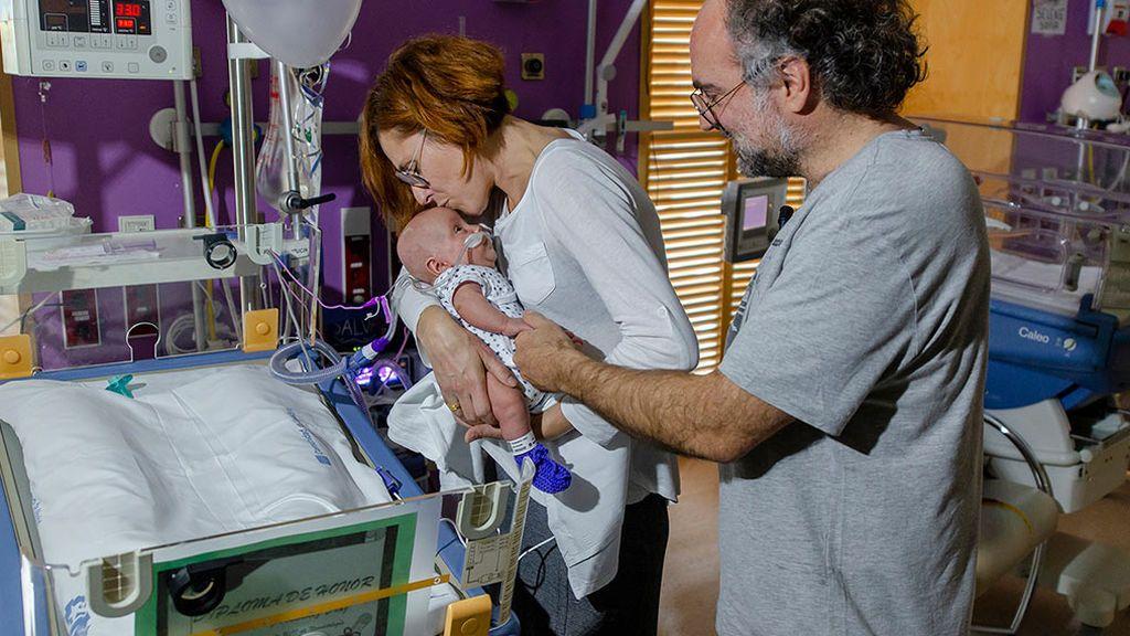 Salvador con sus padres