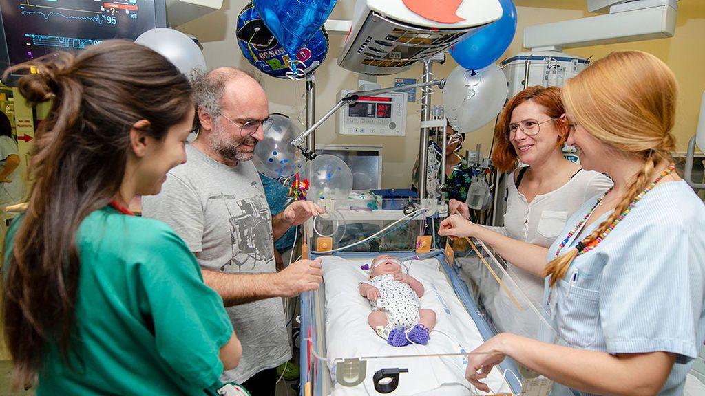 Salvdor con sus enfermeras, su otra familia