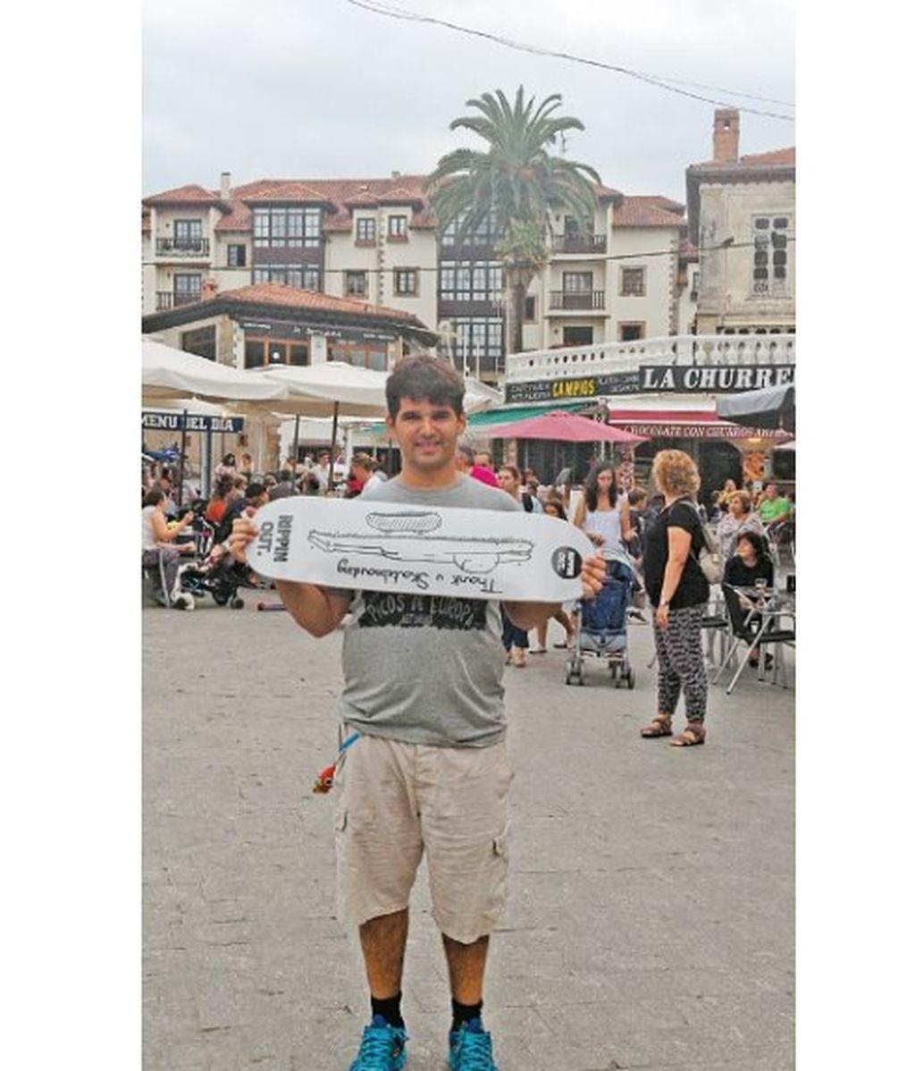 Ignacio con la tabla con la que se enfrentó a los terroristas