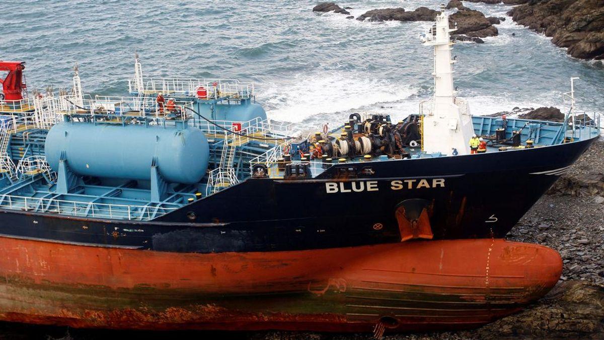 Extraen 50 toneladas de fuel y gasóleo del 'Blue Star'