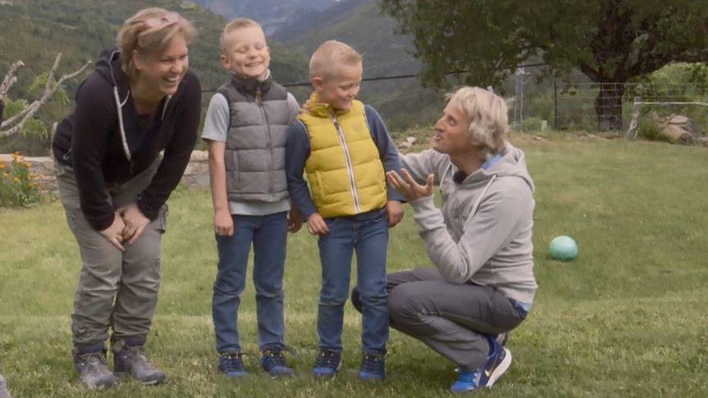 Jesús Calleja y los dos niños en Huesca