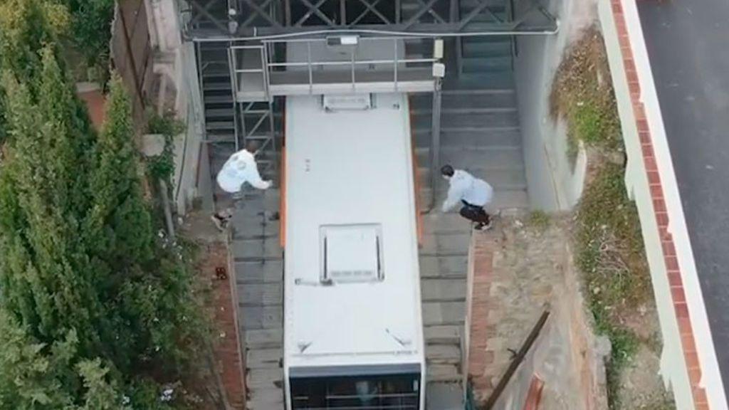Imprudencia de dos jóvenes en el funicular de Barcelona