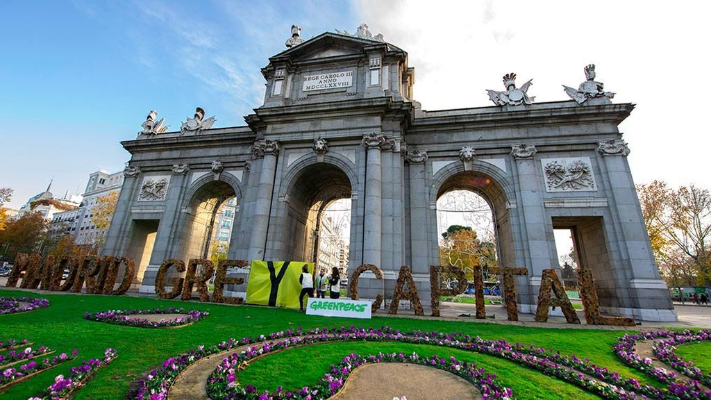 Greenpeace convierte el 'Madrid Green Capital' de la Puerta de Alcalá en 'Madrid Grey Capital'