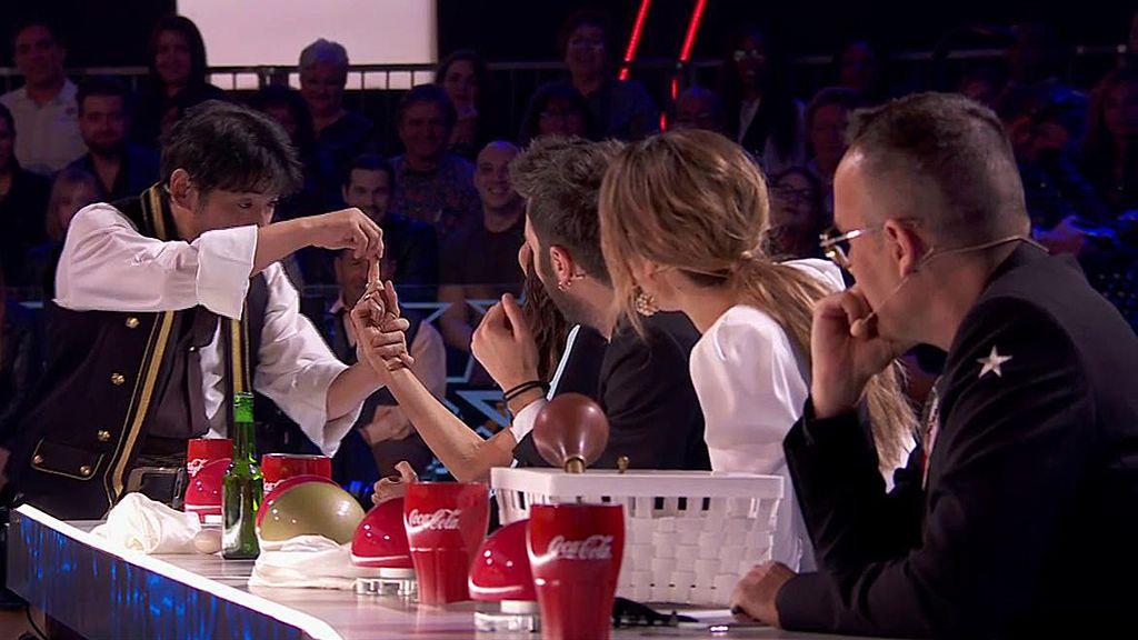 Keiichi Iwasaki realiza un truco de magia a cada miembro del jurado