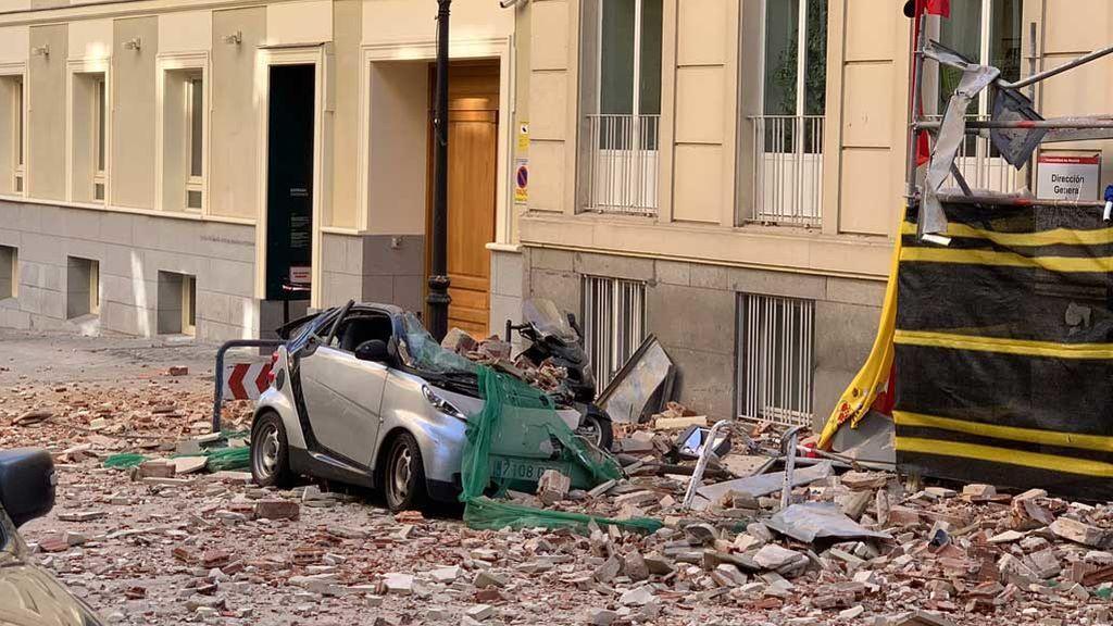 La cornisa de un edifico en obras de Madrid cae y destroza varios coches