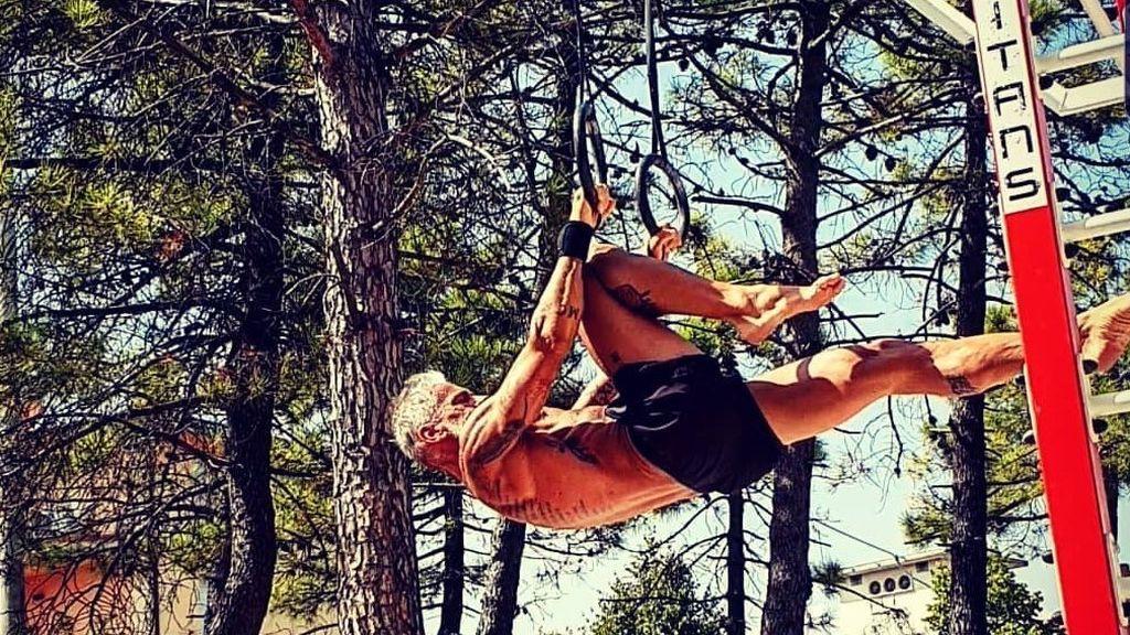 La rutina de yoga de Gian Paolo Grossi para estar mazado a los 54 años