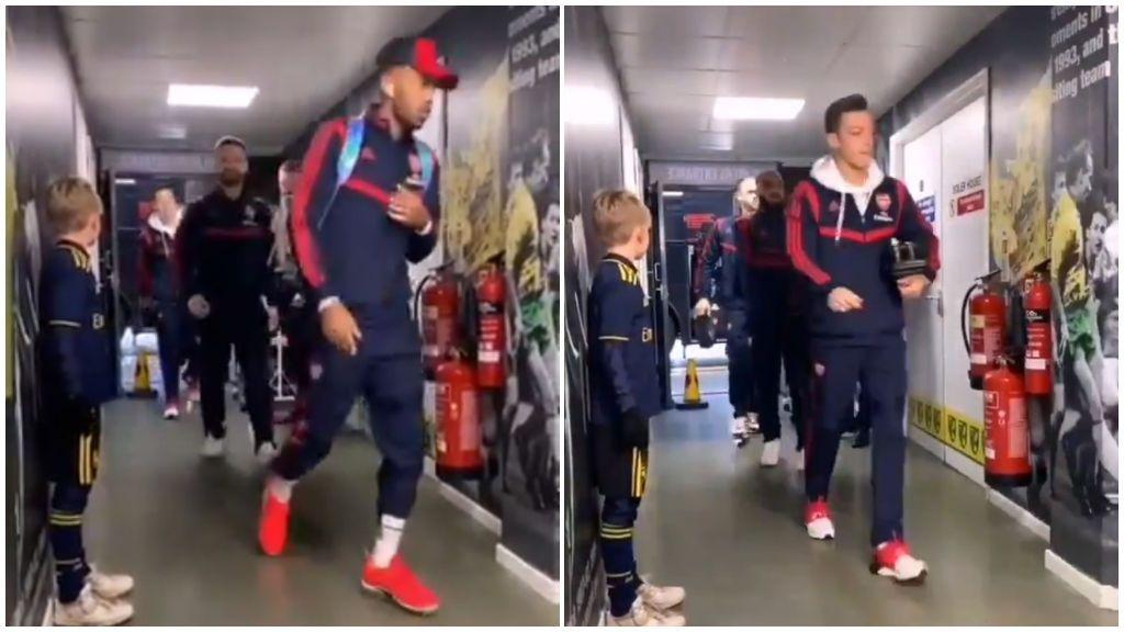 La plantilla del Arsenal pasa olímpicamente del niño que les acompañará antes del partido