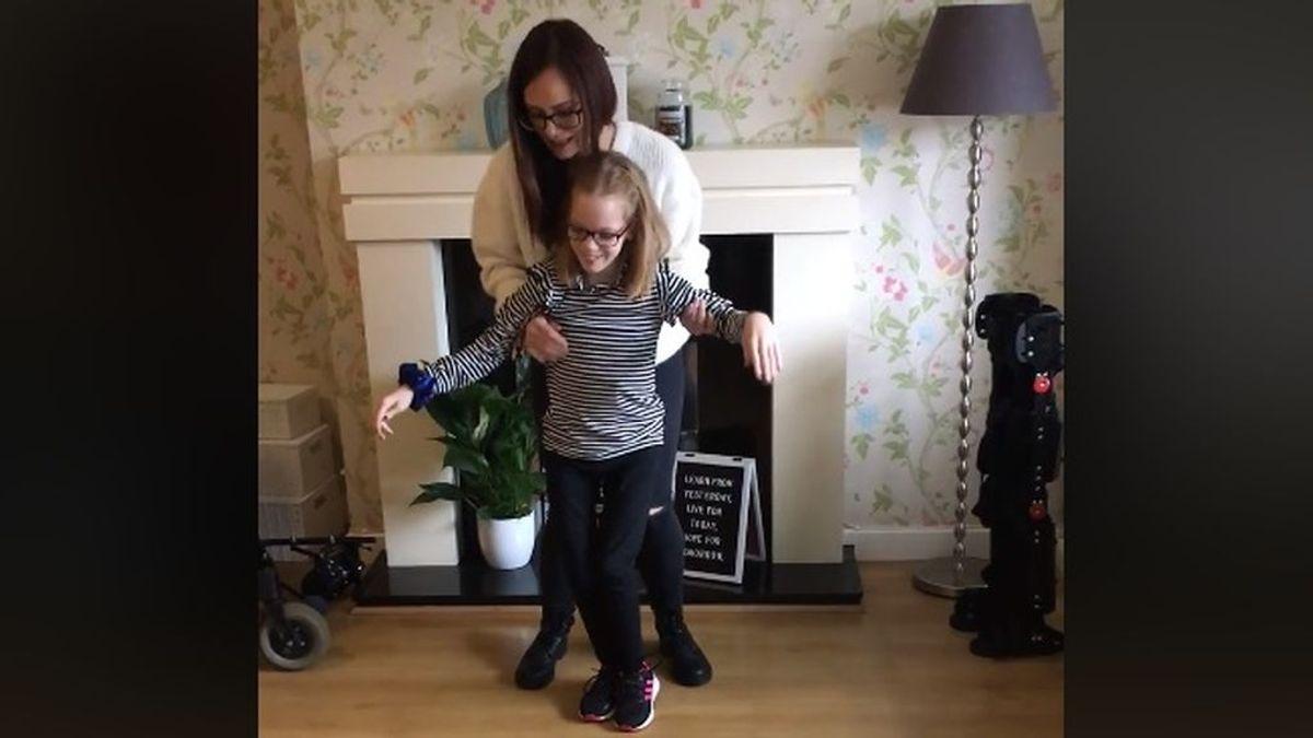 Una madre comparte el emotivo momento en el que su hija discapacitada da sus primeros pasos