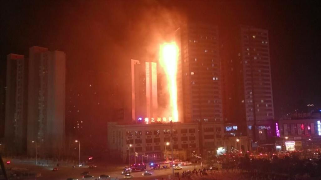 El fuego devora un rascacielos en China