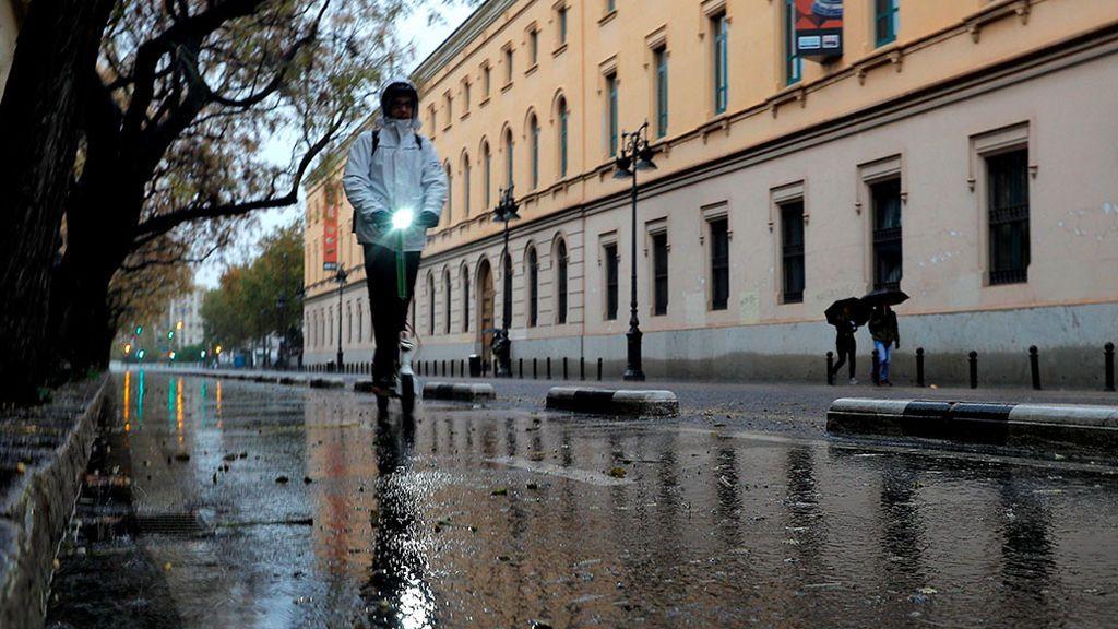 La DGT avisa a los conductores de patinetes que tienen que llevar prendas reflectantes por la noche