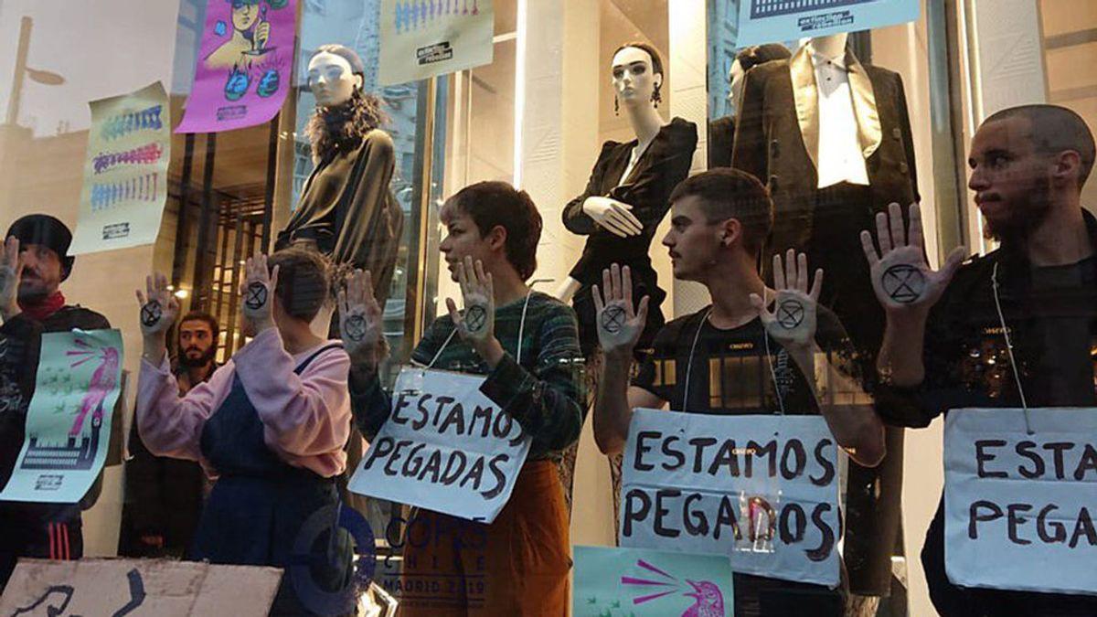 Activistas de 'Extinction Rebellion' toman la tienda de Zara en Gran Vía para exigir justicia climática