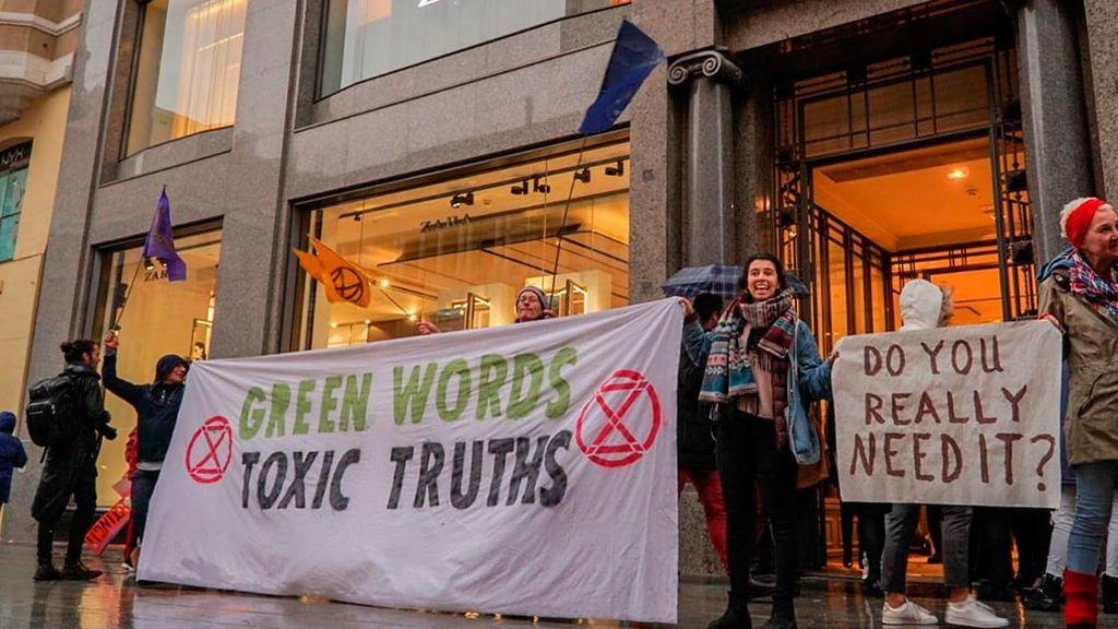Una treintena de activistas ocupa la tienda de Zara en la Gran Vía de Madrid
