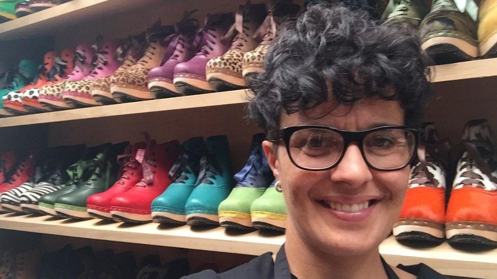 De calzado de campesinos a zapatos de moda. Elena Ferro gana el Premio Nacional de Artesanía con sus zuecos