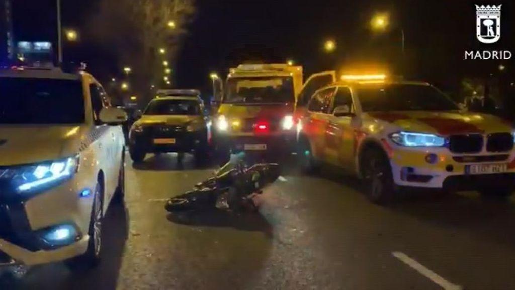 Un motorista herido muy grave tras impactar contra un vehículo en Madrid