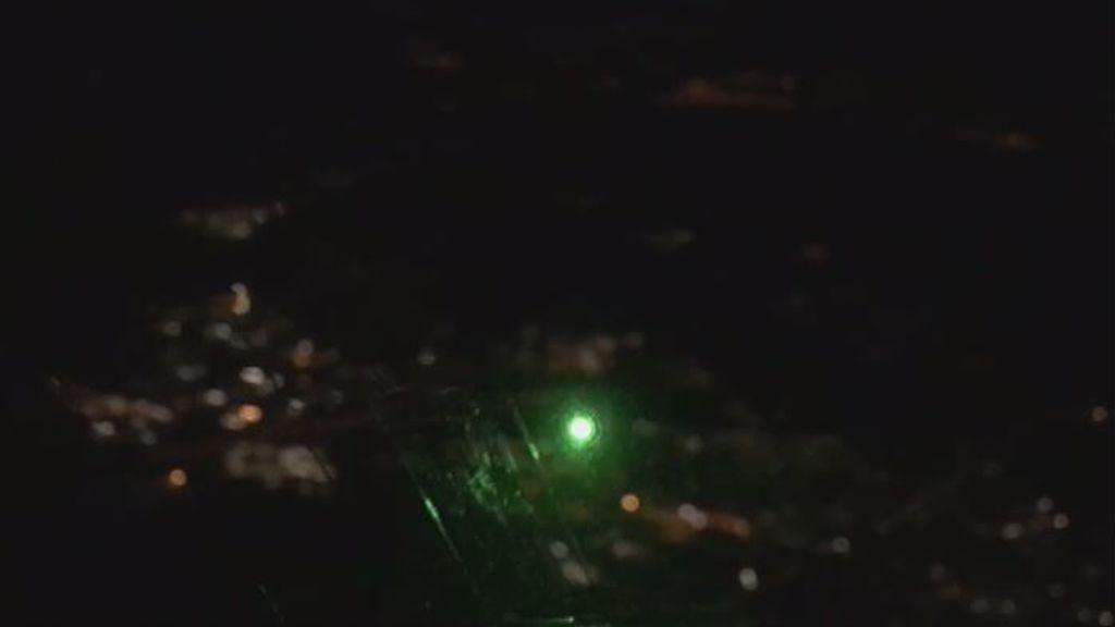 Identificado un hombre por deslumbrar a varios aviones con un puntero láser