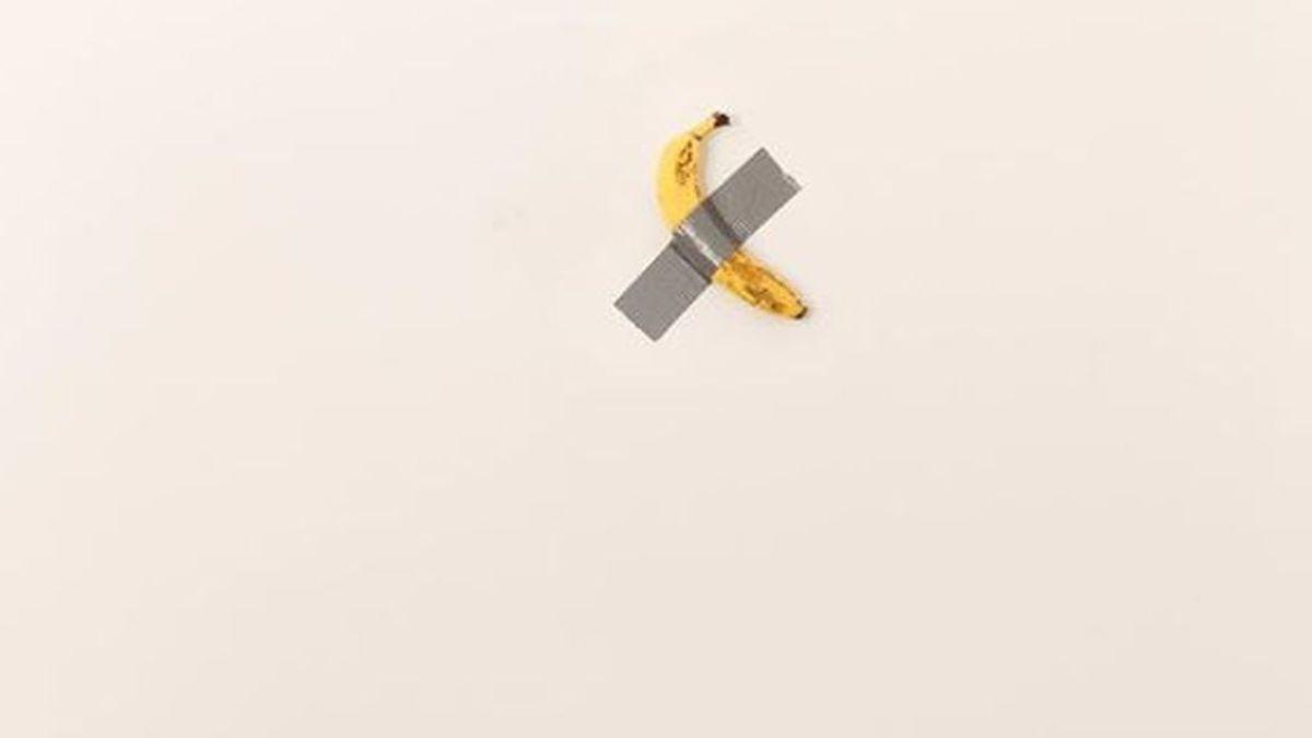 Arte moderno: compran un plátano pegado con cinta aislante a una pared por 120.000 dólares