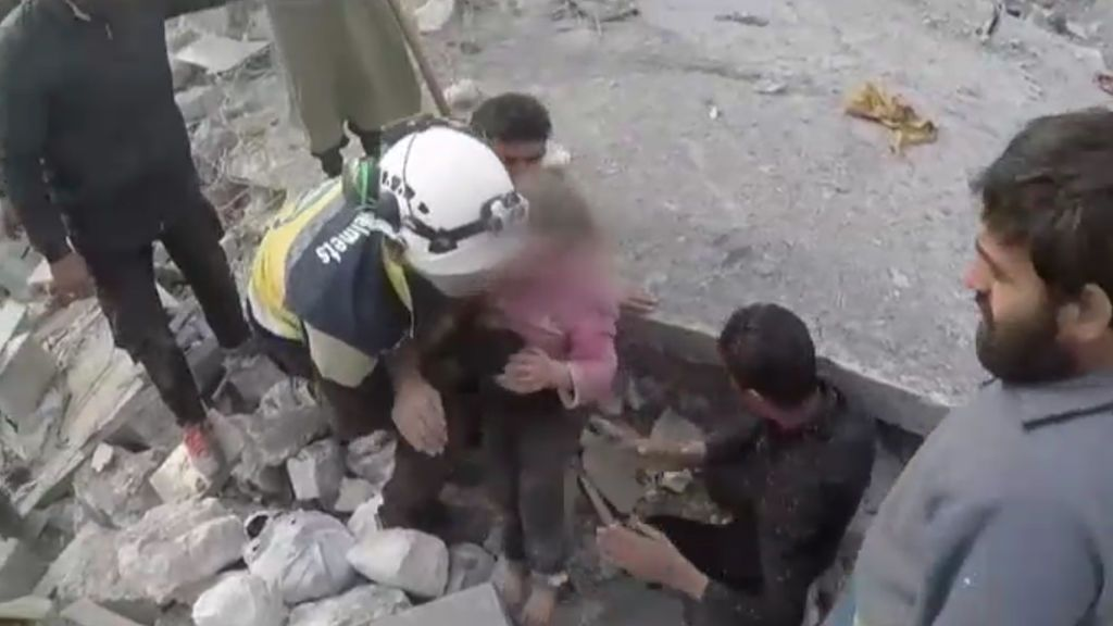 Rescate de varios niños bajo los escombros tras un bombardeo en Siria