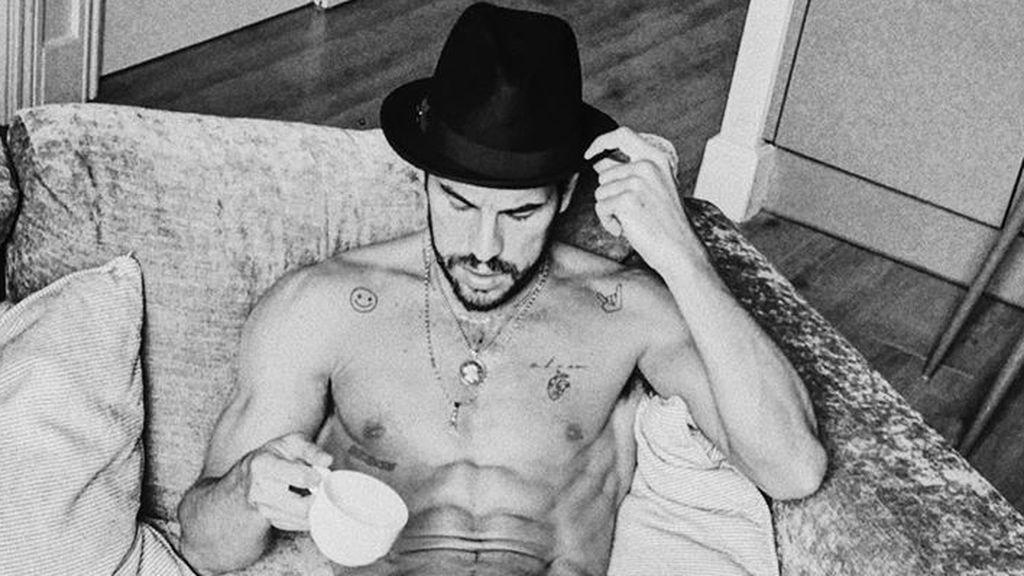 Mario Casas ya no tiene calvas: el actor se quita por fin el sombrero y muestra su nuevo look