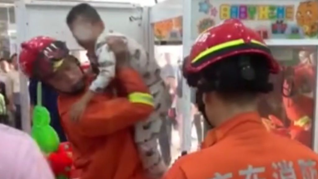 Un niño vive su peor pesadilla al quedar atrapado en una máquina expendedora de peluches